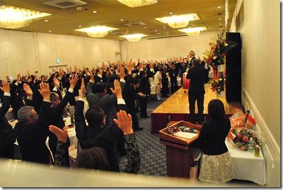 釜石市議会の海老原正人議長の音頭で万歳三唱
