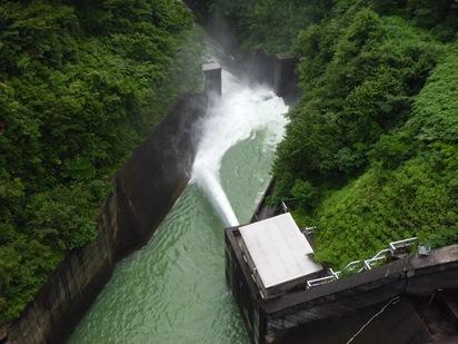 ダム放水状況(水の出口まで行けます)